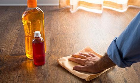 Vloeronderhoud met olie en reinigingsmiddel